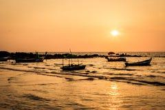 Traditionele Thaise lange staartboten bij zonsondergang, Long Beach, Ko Lanta, Thailand Royalty-vrije Stock Afbeeldingen