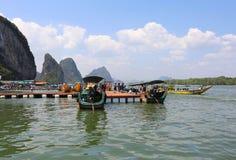 Traditionele Thaise lange staartboten die bij Panyi-eilandpijlers wachten Stock Afbeeldingen