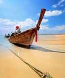 Traditionele Thaise longtailboot op strand Stock Fotografie
