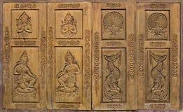 Traditionele Thaise stijl die op houten vensterdeur wordt gesneden royalty-vrije stock foto's