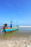 Traditionele Thaise vissersboten op het strand Stock Foto