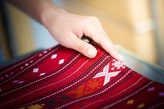 Traditionele Thaise zijdedoek, kostuum Thaise stijl in Thailand Stock Foto's