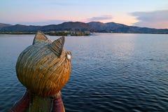 Traditionele Totora Reed Boat met Poema Hoofdboeg tegen Meer Titicaca bij Zonsondergang, Puno, Peru royalty-vrije stock foto's