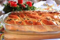 Traditionele Tsjechische Kerstmiscake met kaarsen op de achtergrond Royalty-vrije Stock Foto's