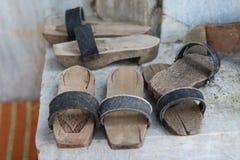 Traditionele Turkse houten pantoffels voor Turks bad stock fotografie