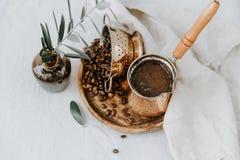 Traditionele Turkse koffie in Kuiper met decoratie stock foto's