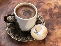 Traditionele Turkse koffie met een koekje stock afbeelding