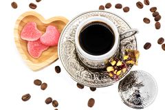 Traditionele Turkse kop en houten plaat met hartsuikergoed voor St Valentine ` s Dag en lukum, hoogste mening Royalty-vrije Stock Foto