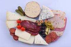 Traditionele Turkse ontbijtschotel op de grijze houten lijst, hoogste mening: pogacapasteien, groenten, kazen, olijven en halal T royalty-vrije stock foto