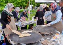 Traditionele Turkse pizza cuisine stock foto's