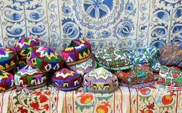 Traditionele uzbek dekt genoemde tubeteika in de lokale markt in Tashkent, Oezbekistan, Centraal-Azi? af stock afbeeldingen