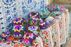 Traditionele uzbek dekt genoemde tubeteika in de lokale markt in Tashkent, Oezbekistan, Centraal-Azi? af royalty-vrije stock foto