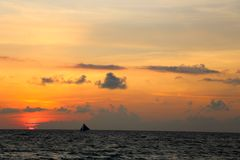 Traditionele varende boten op een zonsondergangreis Stock Foto's