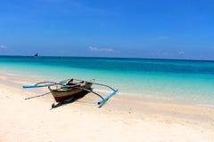Traditionele varende boten op wit strand Royalty-vrije Stock Foto