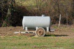 Traditionele vee het water geven tank op een weide stock afbeelding