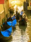 Traditionele Venetiaanse Gondels op kanaal Venetië, Italië Stock Afbeeldingen