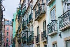 Traditionele vensters en balkons in Bairro-Alt, Lissabon, Portugal stock foto's