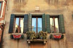 Traditionele vensters van de typische oude bouw van Venetië, Italië Stock Foto