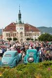 traditionele vergadering van ventilators van uitstekende auto's en motoren Een tentoonstelling van oude auto's in het stadsvierka Stock Foto's