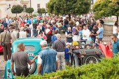 traditionele vergadering van ventilators van uitstekende auto's en motoren Een tentoonstelling van oude auto's in het stadsvierka Royalty-vrije Stock Afbeelding