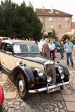 traditionele vergadering van ventilators van uitstekende auto's en motoren Een tentoonstelling van oude auto's in het stadsvierka Stock Afbeelding