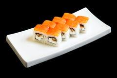Traditionele verse Japanse vastgestelde sushibroodjes op een zwarte achtergrond Stock Afbeelding