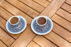 Traditionele verse Turkse koffie op houten lijst Stock Foto's