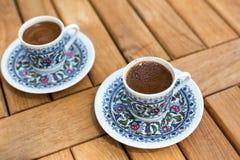 Traditionele verse Turkse koffie op houten lijst Stock Afbeeldingen