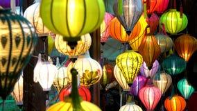 Traditionele Vietnamese kleurrijke lantaarns bij nacht op de straten van Hoi An, Vietnam stock videobeelden