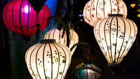 Traditionele Vietnamese kleurrijke lantaarns bij nacht op de straten van Hoi An, Vietnam stock footage