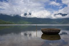 Traditionele Vietnamese mandboot in kalme bayou, Hai Van-pas, Centraal Vietnam Stock Foto's