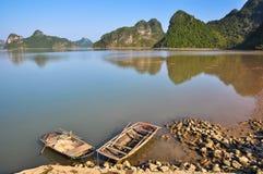 Traditionele Vietnamese rieten die boten op de kust worden vastgelegd Stock Afbeeldingen