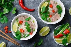 Traditionele Vietnamese Soep Pho BO met Rijstnoedels, Rundvlees en Kruiden op Donkere Achtergrond royalty-vrije stock foto