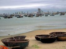 Traditionele Vietnamese vissersboten op het Danang-Strand Stock Fotografie