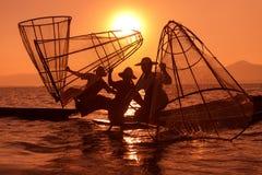 Traditionele visserij door netto in Birma stock foto