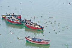 Traditionele vissers op het werk, Marokko, die van kleine houten boten vissen Stock Foto's