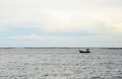 Traditionele vissersboot die in het overzees drijven Royalty-vrije Stock Foto