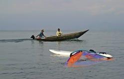 Traditionele vissersboot en windsurfer stock fotografie