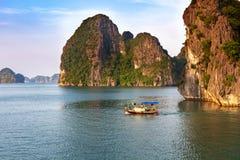 Traditionele vissersboot in Halong-Baai bij zonsondergang, Unesco-wereldnatuurlijk erfgoed, Vietnam stock foto's