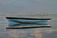 Traditionele vissersboot met bezinning over het water stock foto