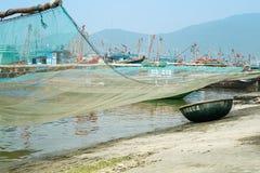 Traditionele Vissersboot met de Netto en Geweven Boot van de Bamboemand bij het Visserijdorp in Da Nang, Vietnam Stock Foto's