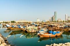 Traditionele vissersboten in de Stad van Koeweit stock fotografie