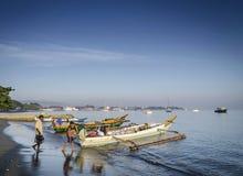 Traditionele vissersboten op dilistrand in Oost-Timor leste Royalty-vrije Stock Afbeeldingen