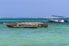 Traditionele vissersboten op strand Stock Afbeelding