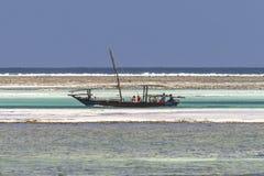 Traditionele vissersboten op strand Stock Afbeeldingen