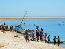 Traditionele vissersboten op strand met plaatselijke bewoners, Madagascar Royalty-vrije Stock Afbeeldingen