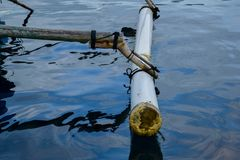 Traditionele vleugels die houten boot vissen die dichtbij pahawang eiland wordt geparkeerd Reizend concept stock foto's