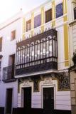 Traditionele voorgevels van huizen met verdraaide gesmede balkons van de stad van Sevilla, Andalusia Spanje royalty-vrije stock fotografie