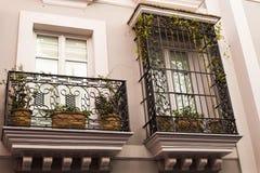 Traditionele voorgevels van huizen met verdraaide gesmede balkons van de stad van Sevilla, Andalusia Spanje stock afbeeldingen