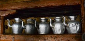 Traditionele waterkruik bij keuken stock afbeelding